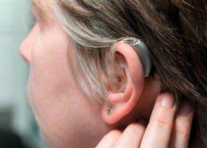 Moderne Hörgeräte: Mit digitalen Signalprozessoren steht Entwicklern eine flexible und frei-programmierbare Plattform zur Verfügung.
