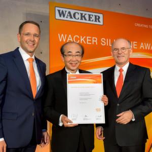 Prof. Dr. Akira Sekiguchi (Mitte) vom Lehrstuhl für organische Chemie an der Universität Tsukuba, Japan, wurde mit dem Wacker Silicone Award 2014 ausgezeichnet. Es gratulierten Wacker-Vorstandsvorsitzender Dr. Rudolf Staudigl (rechts) und Wacker Silicones-Geschäftsbereichsleiter Dr. Christian Hartel.
