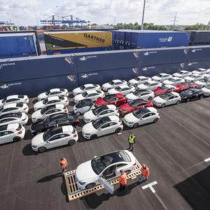 Am 11. August 2014 begann im Duisburger Hafen erstmalig die Verladung von fertigen Automobilen deutscher Premiumhersteller, die per Zug nach China gehen.