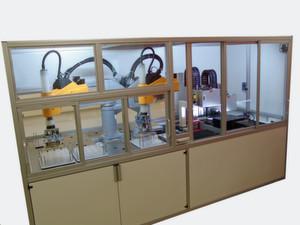 Der Microtester der Firma MicroContact mit zwei Stäubli-SCARA-Robotern.