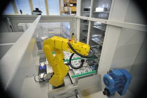 Um alle Operationen der Ventilfertigung auf einer Maschine erledigen zu können, wurde von Robofact ein Fanuc-Roboter in die Bearbeitungsmaschine von Biglia integriert.