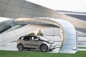 Passt im Design ideal zur BMW Welt: Die Solarladestation von EIGHT