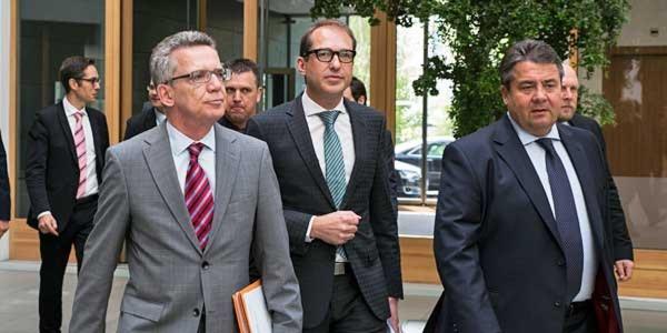 Die Minister de Maizière, Dobrindt und Gabriel (v.l.n.r.) auf dem Weg in die Bundespressekonferenz