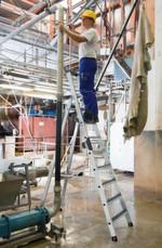 """Optimiert die Rutschhemmung in R13-Arbeitsbereichen, auch nassen und ölverschmierten Umgebungen: Die neue zertifizierte Trittauflage """"Clip-Step R13"""" für die Stufenleitern der Günzburger Steigtechnik."""