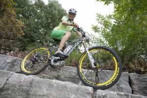 Ein vollgefdertes Enduro-Bike mit E-Antrieb? Richtig gesehen - auch manche ambitionierte Mountainbiker gönnen sich mittlerweile etwas Komfort, wenn's bergauf geht.