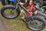 Neuheiten der Eurobike 2014: BionX: Night Crawler. Dass diese Bikes trotz monströser Reifen alles andere als behäbig sind und viel Spaß beim Fahren bereiten, zeigt BionX mit der Studie Night Crawler. Der drehmomentstarke Elektroantrieb des kanadischen Anbieters macht aus diesem Bike einen flotten Brummer