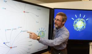 Scott Spangler von der IBM Watson Group zeigt, wie Watson, das kognitive Computing System, Verbindungen zwischen wissenschaftlichen Texten und Arzneimittelinformationen herstellen und visuell aufzeigen kann.
