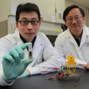 Präsentieren stolz ihre neuartige Zuckerbatterie: Diplomant Zhiguang Zho (links) und Professor Percival Zhang.