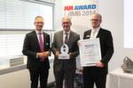MM-Chefredakteur Frank Jablonski verleiht den MM-Award in der Kategorie Fräs- und Drehmaschinen an Hommel CNC-Technik für das Fünf-Achsen-Bearbeitungszentrum Okuma MU 6300.