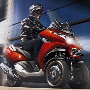 Kauft Mahindra Peugeots Rollersparte?