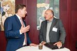 Christoph Kraus (Renault Niederlassung Hamburg, li.) und Rolf-Ronny Westphal (Symbol Dialog GmbH) nutzen die Zeit vor der Verleihung für ein Gespräch.