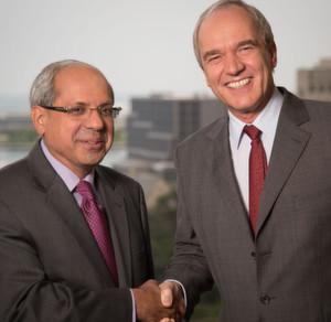 Rakesh Sachdev (l.), Vorsitzender des Vorstands von Sigma-Aldrich und Karl-Ludwig Kley, Vorsitzender der Geschäftsleitung von Merck