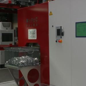 In der neu angeschafften Teilereinigungsanlage Palma, die mit drei Medientanks ausgestattet ist, reinigt Alutec relativ kleine Kühlkörper aus Aluminium.