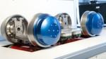 Auf der Innotrans stellt das DLR ein Experimental-Fahrwerk auf einem Schienen-Rollprüfstand im Maßstab 1:5 vor, das die mechatronische Spurführung der Einzelrad-Fahrwerke im Next Generation Train demonstriert.