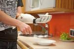 Bild 2: Mit der Michelangelo-Prothese ist es kein Problem, Schüsseln oder Teller zu halten.