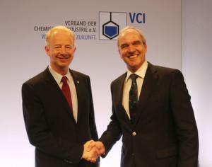 Karl-Ludwig Kley gratuliert dem neu gewählten VCI-Präsidenten Dr. Marijn Dekkers (links).
