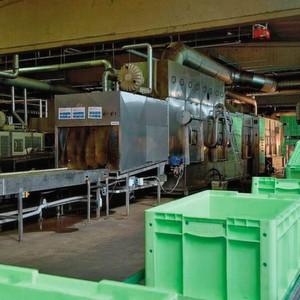 Eine Durchlaufreinigungsanlage kann bis zu 30 m lang sein und pro Stunde 400 bis 600 Behälter säubern.