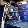 Roboter spielt gegen Menschen Ping-Pong