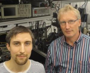 Bild 1: Wissenschaftler Michael Schug (links) und Jürgen Eschner im Labor vor einer Atomfallenapparatur