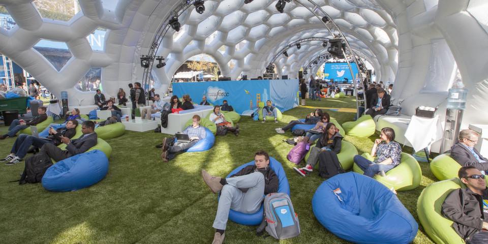 In San Francisco sieht sich Salesforce auf einem Spielplatz frischer Ideen, wo sich Konferenzteilnehmer von neuen Geschäftsmodellen und Konzepten inspirieren und mitreißen lassen können.