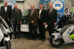 Neue BMW-E-Roller: (v. li.) Roland Velten (BMW), Karl Burghart (stellv. Obermeister), Hans Medele (Obermeister), Thomas Bauer (BMW) und Wilhelm Bairlein (stellv. Obermeister).