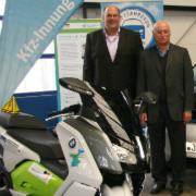 Rollerübergabe: Roland Velten (BMW; re.) und Karl Burghart (stellv. Obermeister Kfz-Innung München-Oberbayern).