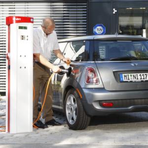 Ein Elektroauto an der Ladesäule: Wie schnell kann da einmal das Ladekabel oder der Stecker unter die Räder kommen. Die Überfahrtests des TÜV SÜD sorgen für mehr Sicherheit.