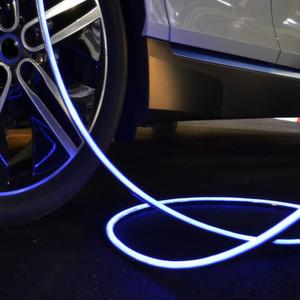 Leoni hat ein intelligentes Ladekabel mit statusindizierter Leuchtfunktion entwickelt: das iEVC (illuminated Electrical Vehicle charging Cable). Es erleichtert dem Benutzer nicht nur den Ladevorgang, sondern sorgt auch für mehr Sicherheit. Die gleichmäßige Ausleuchtung des Kabels über die komplette Länge verhindert in dunklen oder schlecht beleuchteten Bereichen die Stolpergefahr.