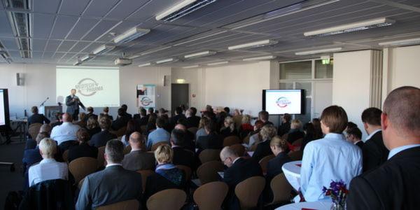 """Gut gefüllter Vortragssaal. Fast 100 Teilnehmer sind zum """"1. Fachsymposium Medtech meets Pharma"""" bei Vogel Business Media in Würzburg gekommen."""