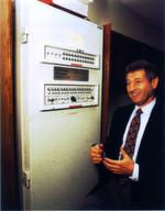 Professor Leonard Kleinrock, einer der Väter des Internet, mit dem ersten Netzwerkknoten IMP1