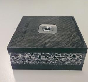 Carbonfaserverstärkter Kunststoff bildet die Deckschicht dieses neu entwickelten Sandwichmaterials, dessen Kern aus leichtem Aluminiumschaum besteht. Eine Sperrschicht zwischen Metall und CFK gewährleistet die Herstellung im One-Shot-Verfahren.