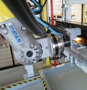 "Der Roboter im Arbeitsprozess ""Bolzenkleben"": Das Bauteil wird dazu an der Bolzenposition erwärmt."
