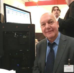 """Rudolf Pöhl präsentierte heuer auf der CeBIT eine Möglichkeit, auf einem Windows 8 (8.1)-Client parallel Android laufen zu lassen. Per virtuellem Knopf ist der Benutzer in der Cloud und kann etwa den """"Playstore"""" von Google benutzen."""