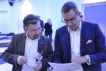 Fred Benz (Meinautohaus.de, li.) und Torsten Wesche (Mobile.de) studieren die Teilnehmerliste.