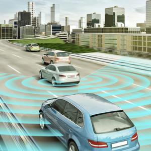 Der Mittelbereichsradarsensor für die Heckanwendung (MRR rear) von Bosch ermöglicht einen permanenten Schulterblick. Er erkennt andere Verkehrsteilnehmer im toten Winkel und unterstützt beim sicheren Spurwechsel.