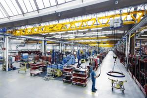 Der Kran lässt sich in bestehende Werkstätten, Montage- und Produktionshallen einsetzen, ohne dass in vielen Fällen die Hallen aufwändig saniert oder die Hallenkonstruktion verändert werden müssen.