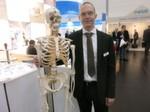 Kein Vorher-Nachher-Bild, sondern Fabian Roediger, Sales Manager bei Diener Precision Machining, mit einem Model für auftragsfertige Implantate.