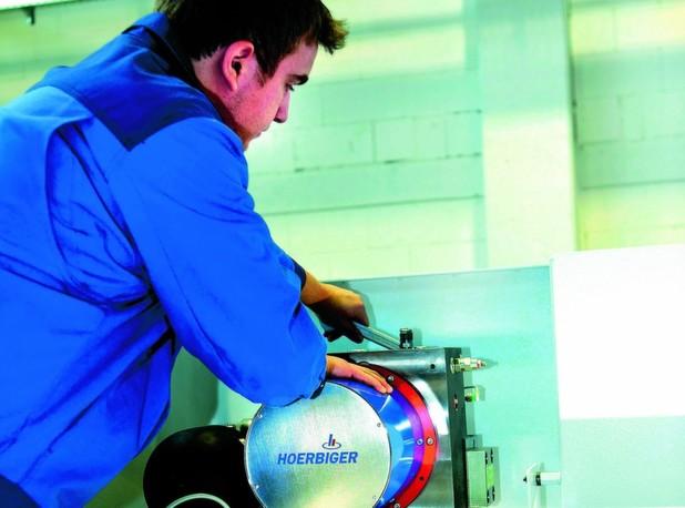 Antriebe für Abkantpressen – kraftvoll, leise und energieeffizient