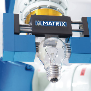 Die Systemlösung Automatic Clamp von Matrix greift jede beliebige Form auf und passt sich der Bauteilkontur an, sodass nichts zu Bruch gehen kann.