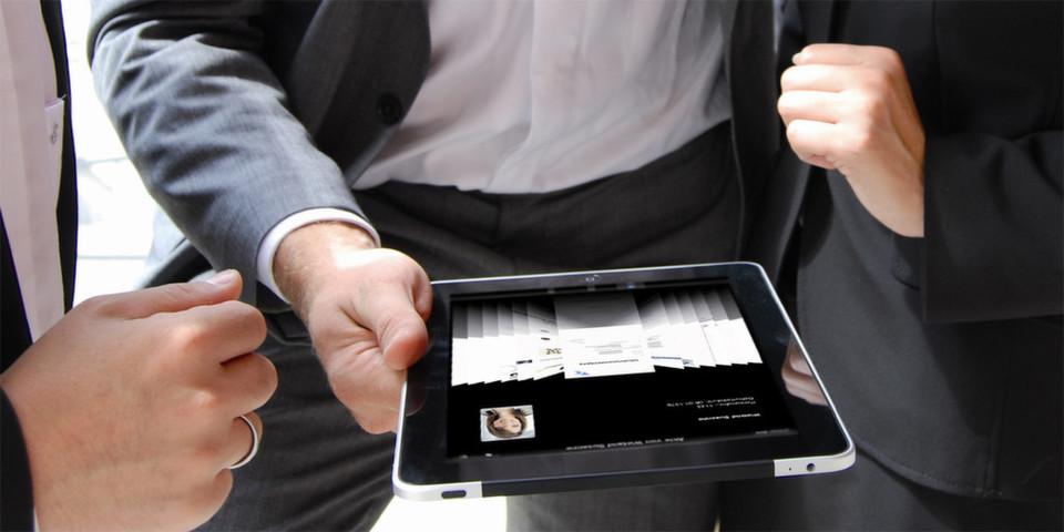 Zeitgemäß: Heute sehen sich Personaler auf dem Multi-Touch-Display ihres iPads, iPhones oder iPods die benötigten Unterlagen an.