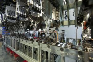 Durch Servotechnik von WITTENSTEIN cyber motor erreicht das STIWA -Montagesystem Zykluszeiten von weniger als 0,6 Sekunden. Die Linearmotoreinheiten nehmen in Kettenlaufrichtung des Werkstückträger-Transportsystems und quer dazu den Hub für die einzelnen Montageschritte vor.