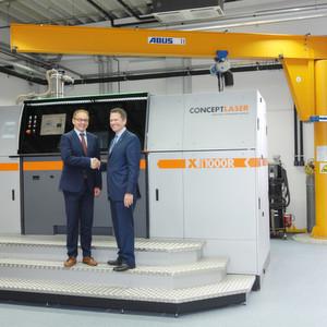John Murray, CEO der Concept Laser Inc., und Frank Herzog, geschäftsführender Gesellschafter der Concept Laser GmbH, freuen sich über die ersten Installationen der X line 1000R in den USA.