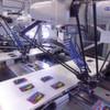 Deltaroboter kleben Gimmicks berührungslos auf Zeitschriften