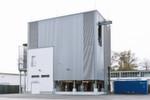 Die Pilotanlage in Dresden erzeugt in der ersten Ausbaustufe pro Tag rund 160 Liter einer energiehaltigen Flüssigkeit, woraus sich wiederum knapp 130 Liter synthetischer Diesel-Kraftstoff gewinnen lassen.