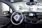 Kombiniert mit einem digitalen Lageplan des Parkhauses steuert das System das Fahrzeug selbstständig durch die Etagen.