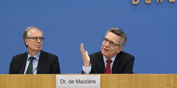 Bundesinnenminister Dr. Thomas de Maizière (r.) mit BSI-Präsident Michael Hange bei der Vorstellung des IT-Sicherheitsgesetzes