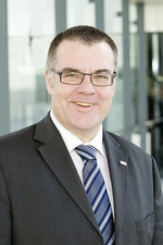 Im Zuge der Neuordnung wird Dr. Dirk Hoheisel neben seinen bisherigen Zuständigkeiten für die Bosch-Geschäftsbereiche Chassis Systems Control, Car Multimedia, Automotive Electronics zusätzlich den neuen Bereich Automotive Steering übernehmen.