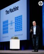 Abbildung 3: Martin Fink bei seiner Präsentation auf der HP Discover. Im Hintergrund eine schematische Darstellung von The Machine.