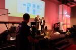 Hendrik Weiler, Geschäftsführer der ABB Automation Products GmbH, nahm aus Händen von MM-Redakteurin Stefanie Michel den Award für ABB entgegen.