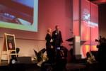 VDW-Geschäftsführer Dr. Wilfried Schäfer überreichte den Award an Irene Bader,Director Corporate Marketing der DMG Europe Holding AG, Winterthur (Schweiz).